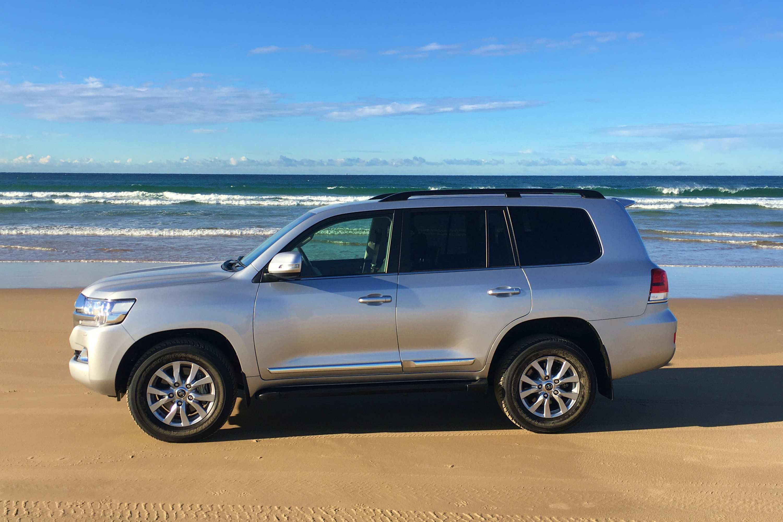 Toyota LandCruiser Sahara 2020 profile